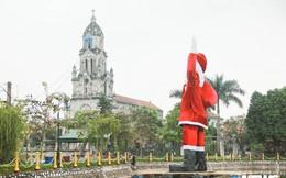 Ảnh: Ông già Noel khổng lồ nổi trên hồ nước ở Hà Nội
