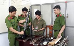 """Đà Nẵng: Người dân giao nộp cả """"kho"""" súng AK, AR15, K54 và tự chế"""