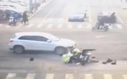 Vượt đèn đỏ khi truy đuổi xe vi phạm, 2 cảnh sát bị ô tô tông thẳng