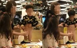 Bị lên án vì cho con đi vệ sinh ngay giữa nhà hàng, bà mẹ không nhận sai còn lên mạng cãi tay đôi
