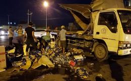 Người dân giúp tài xế xe tải thu dọn bia rơi trên đường phố Sài Gòn