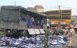 Hàng trăm thùng bia rơi xuống đường, người dân phụ tài xế thu gom