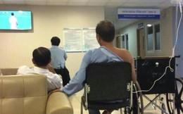 Bệnh nhân ngồi truyền nước xem bóng đá và hành động bất ngờ sau thất bại của ĐT Việt Nam