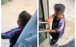 Cậu bé 11 tuổi đứng sát mép cửa xe khách hành nghề khiến bao người lớn bồn chồn, lo lắng