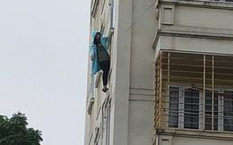 Hà Nội: Cảnh sát giải cứu cô gái đu mình bên cửa sổ tầng 4 chung cư