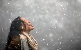 24h qua ảnh: Cô gái nếm hoa tuyết giữa trời lạnh giá