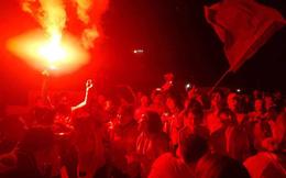 Việt Nam vs Nhật Bản: CĐV đốt pháo sáng khi trọng tài dùng VAR hủy bàn thắng