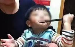 Chỉ vì trò trêu chọc vô ý thức này của người lớn mà khiến 1 trẻ tử vong, bé còn lại bị tổn thương não