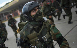 """Venezuela biến động lớn: Hàng trăm binh sĩ đào ngũ """"xin"""" Mỹ cấp vũ khí để giành """"tự do"""""""