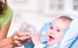 Sợ con sơ sinh khát , bà mẹ cho con uống thêm nước nào ngờ bé có thể tử vong vì điều này
