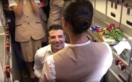 Tiếp viên hàng không được bạn trai cầu hôn ngay trên chuyến bay