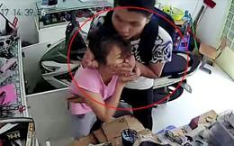 Đang ủi đồ trong phòng ngủ, người phụ nữ bị 2 thanh niên dùng dao khống chế, cướp vàng