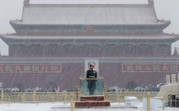 24h qua ảnh: Binh sĩ Trung Quốc đứng gác dưới mưa tuyết lạnh giá