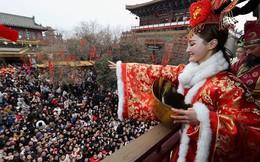 Biển người Trung Quốc chen chân nhận phong bao lì xì, khấn vái trong hương khói ngày Thần Tài