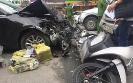 """Xe Mazda """"điên"""" tông liên tiếp 2 xe máy trên phố Hà Nội"""