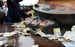Đi lễ chùa, đặt tiền lên ban thờ có nên không?