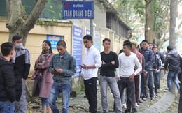 Hàng nghìn người xếp hàng dài trên 2 con phố chờ làm hộ chiếu xuất ngoại