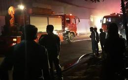 Cảnh sát trắng đêm căng mình dập lửa đám cháy lớn tại kho xưởng ở Sài Gòn