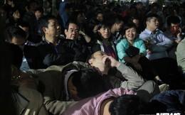 Ảnh: Người dân vạ vật, ngủ gục chờ xin ấn đền Trần
