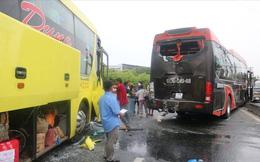 Hai xe chở khách về quê ăn tết tông nhau, hàng chục người mắc kẹt
