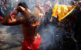 24h qua ảnh: Người Campuchia đốt hương trên lưng trần mừng năm mới