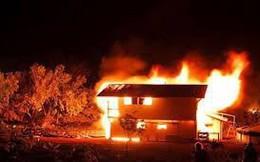Không lấy được sổ hộ khẩu, nam thanh niên đổ dầu đốt nhà