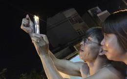 """Hành động của ông bố U60 trong đêm trăng rằm nhận hàng chục ngàn """"likes"""" chỉ sau ít giờ"""