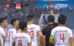 HLV Park Hang-seo dự khán, Quế Ngọc Hải nhận thẻ đỏ sau 39 phút trong màu áo Viettel