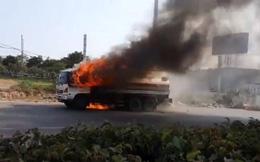 Xe bồn bốc cháy dữ dội khi đang đi trên đường, tài xế mở cửa tháo chạy ở Sài Gòn