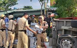 Người dân cùng CSGT ở Sài Gòn gom sữa giúp tài xế ô tô tải bị nổ lốp, xe lật ngang đường
