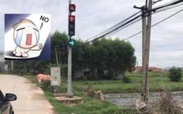 """Cột đèn giao thông khiến các phương tiện """"khóc thét"""" vì không biết phải đi thế nào"""
