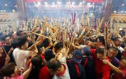 24h qua ảnh: Người Singapore chen nhau thắp hương vào dịp Tết Nguyên Đán