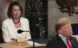 """Biểu cảm đáng giá """"ngàn lời"""" của Chủ tịch Hạ viện khi ông Trump đọc Thông điệp liên bang"""