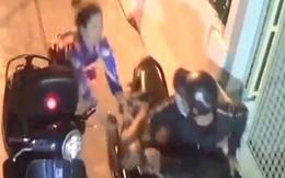 Tên cướp đạp ngã cô gái, dùng hung khí tấn công CSHS khi bị bắt ở Sài Gòn