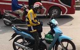 Chỉ một bức ảnh chụp giữa đường, tài xế xe ôm gây hoang mang với trang phục đặc biệt