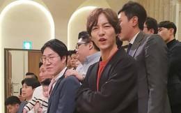Song Joong Ki lần đầu xuất hiện sau thông tin ngoại tình với bạn diễn, cười tươi rạng rỡ nhưng gầy nhom
