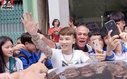 """Khá Bảnh xuất hiện trên phố, nhóm học sinh phấn khích vây quanh gọi tên như """"idol Hàn"""""""