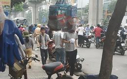 """Hàng loạt người xuống xe, dắt bộ ngược chiều trên phố Hà Nội, CSGT nhìn lắc đầu """"bó tay"""""""