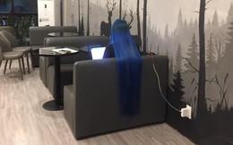Vào quán trà sữa vắng, khách hàng 'đứng hình' khi thấy cô gái có mái tóc lạ