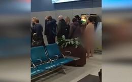 Hành khách khỏa thân thản nhiên xếp hàng chờ lên máy bay