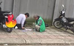 Khoảnh khắc 2 người đàn ông chụm đầu đánh cờ, 'quên trời đất' được chia sẻ nhiều nhất chiều nay