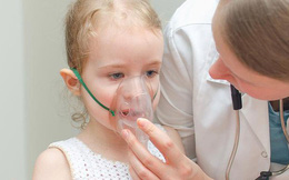 Trẻ mắc tiểu đường tăng cao, nhiều bé phải tiêm hàng ngày: Dấu hiệu cần đưa trẻ đi khám
