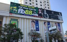 Treo pano quảng cáo cho website đánh bạc, cá cược trực tuyến ở trung tâm Đà Nẵng