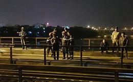 Tàu hỏa đâm khiến người đi bộ trên đường ray cầu Long Biên văng xuống sông Hồng mất tích