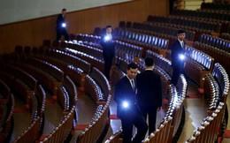 24h qua ảnh: Nhân viên an ninh dùng đèn kiểm tra phòng họp quốc hội Trung Quốc