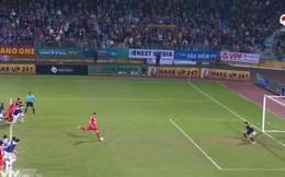 """Trọng tài V.League lại """"sáng"""" trong pha sút hỏng phạt đền của ngoại binh Viettel"""