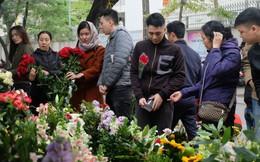 Nam giới đổ xô chọn quà 8/3, chen lấn mua hoa dưới trời mưa