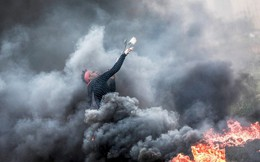 24h qua ảnh: Người biểu tình Palestine bắn đá xuyên khói đen vào lính Israel