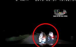 Giữa đường vắng, tài xế ô tô bất lực trước hành vi quấy nhiễu của 8 thanh niên
