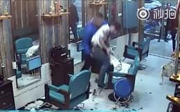 Vừa làm tóc cho khách xong, thợ cắt tóc bị cạo trọc đầu vì nguyên nhân khó đỡ